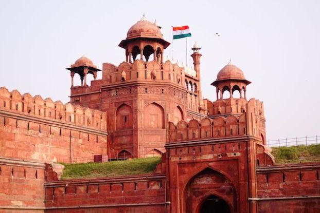 Le Fort Rouge de New Delhi est vraiment très beau d'extérieur avec de superbes portes. Photo blog voyage tour du monde https://yoytourdumonde.fr