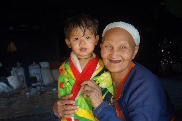 J'adore cette photo avec le portrait d'une jeune birmane et sa maman ou grand mere photo blog voyage tour du monde https://yoytourdumonde.fr