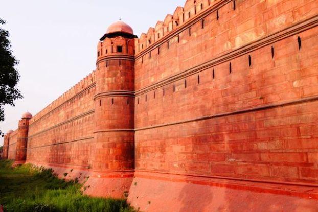 L'enceinte du Fort Rouge de New Delhi est gigantesque avec une hauteur de plus de 20 metres de haut et une architecture encore debout. Photo blog voyage tour du monde https://yoytourdumonde.fr