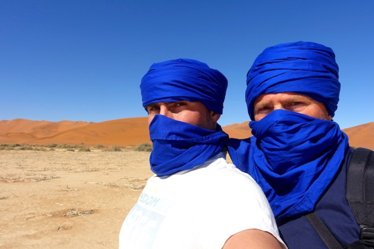 Désert de Namibie avec papa photo blog voyage tour du monde travel https://yoytourdumonde.fr