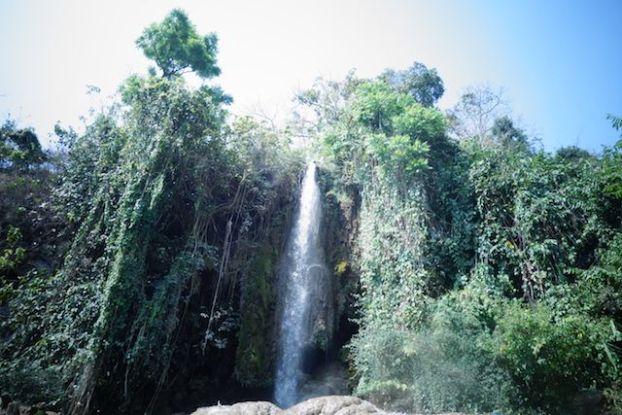Enorme chutte d'eau ou waterfull en birmanie pres de l'etat shan dans la localité de hsipax treck photo voyage tour du monde https://yoytourdumonde.fr