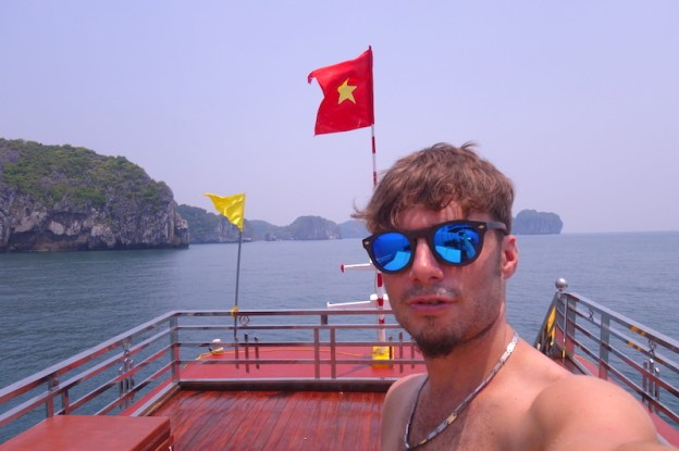 selfie portrait baie d'halong vietnam photo blog voyage tour du monde https://yoytourdumonde.fr