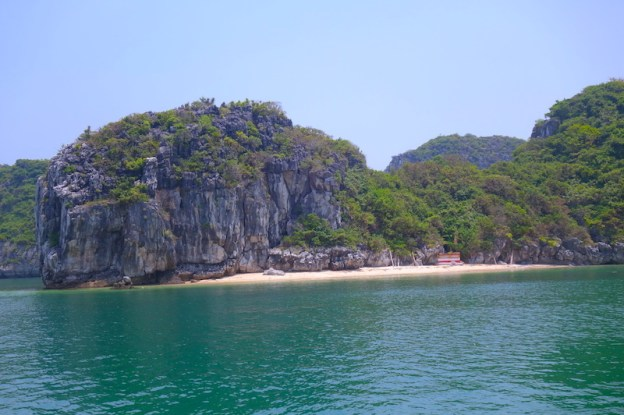 plage baie d'halong vietnam photo blog voyage tour du monde https://yoytourdumonde.fr