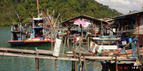 pecheur-thailande-village-plage-montagne