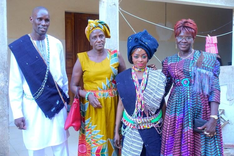 Mariage en Casamance avec les tenues traditionnelles de l'ethnie Diola photo blog voyage tour du monde https://yoytourdumonde.fr