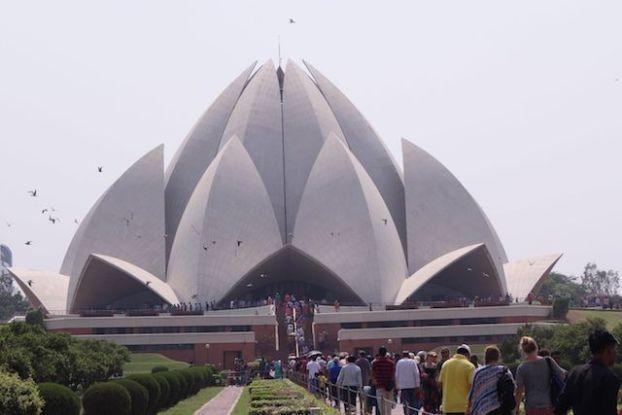 Le Bahai Lotus Temple à New Delhi est très jolie et me fais penser à l'Opera de Sydney. Photo blog voyage tour du monde https://yoytourdumonde.fr