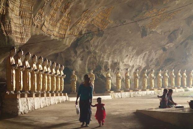 Dans la grote de Sadan des locaux vont mediter ou se trouvent des dizaines de statuts de bouddha a hpa-an en birmanie photo blog https://yoytourdumonde.fr