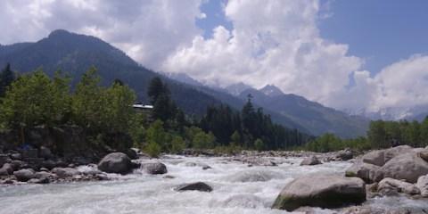 Manali riviere eau himalaya photo blog voyage tour du monde http://yoytourdumonde.fr