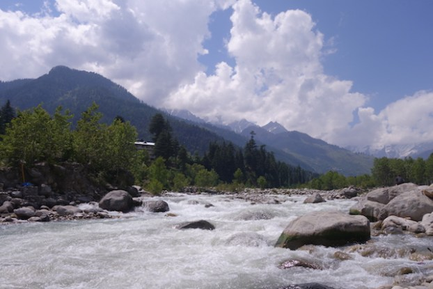 Manali riviere eau himalaya photo blog voyage tour du monde https://yoytourdumonde.fr