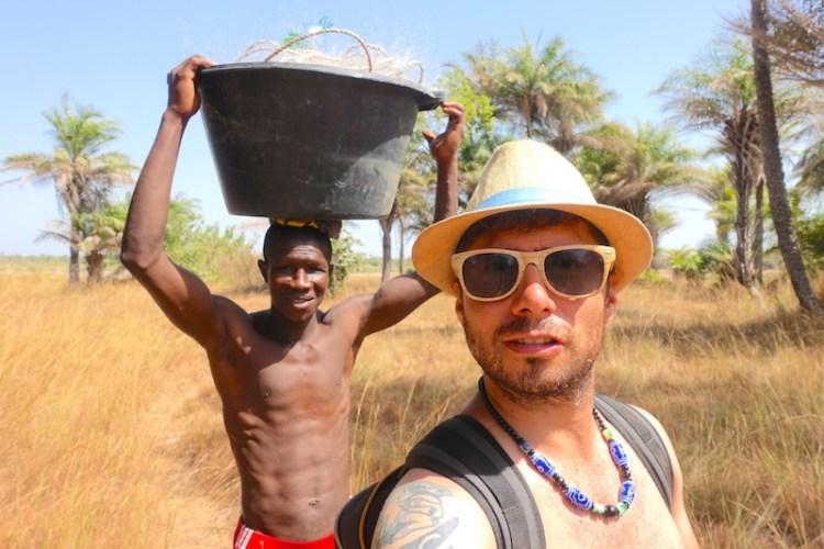 En revenant de la pêche avec emmanuel photo blog voyage tour du monde https://yoytourdumonde.fr