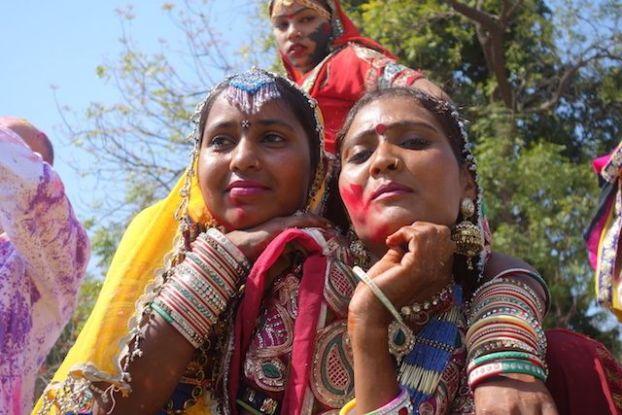 la ville de jodhpur organise une festival durant la fete de Holi en inde ici avec un groupe de danseuse photo blog voyage tour du monde https://yoytourdumonde.fr