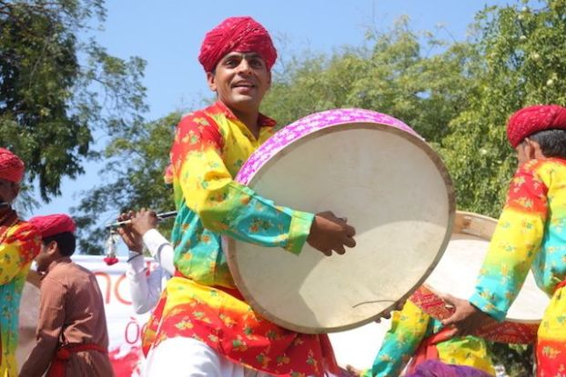 Fete des couleurs du coté de Jodhpur ou fete de Holi avec des musiciens photos blog voyage tour du monde https://yoytourdumonde.fr