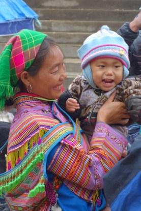 Portrait d'une famille au marché de Bac Ha en tenue traditionnelle