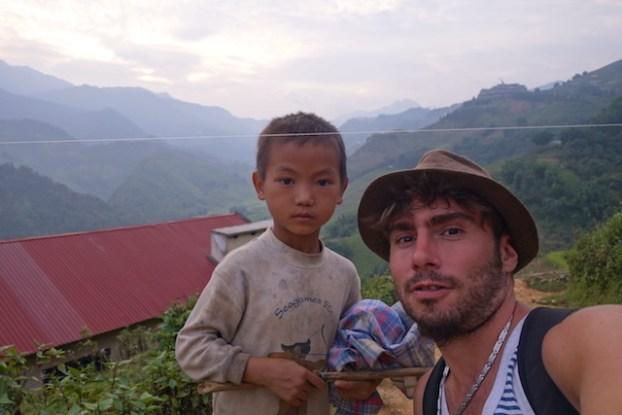 Photo avec un habitant de Sapa photo blog tour du monde https://yoytourdumonde.fr
