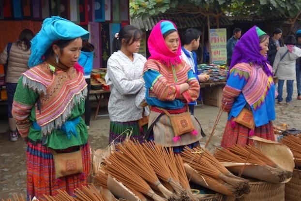 Vendeuses de ballais sur le superbes marché de Bac Ha