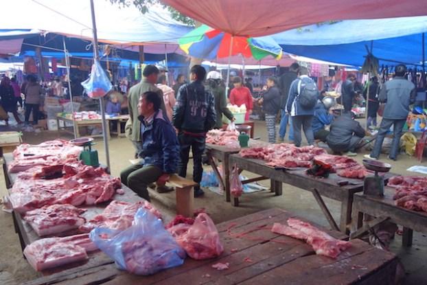 Vente de viande sur le marché de Bac Ha