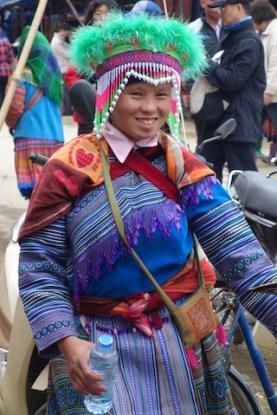 Tenue très colorée d'une habitante des montagnes près du marché de Bac Ha au Vietnam