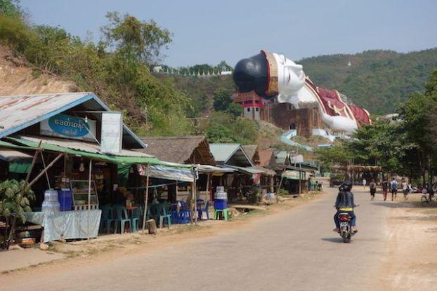 Le plus grand bouddha du monde se trouve en Birmanie dans la ville de Mawlamyine photo blog voyage tour du monde https://yoytourdumonde.fr