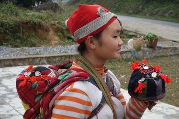 Une femmes issue des montagnes et des minorités ethniques vendent des produits locaux.