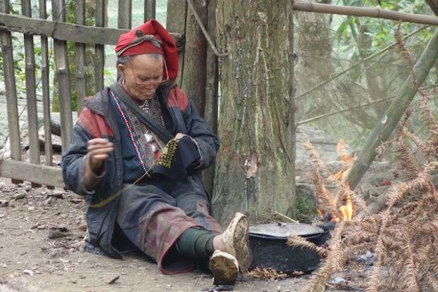 Ne sachant pas lire et écrire, les femmes des montagnes et des minorités ethniques vendent leurs produits aux touristes qu'elles font à la main.