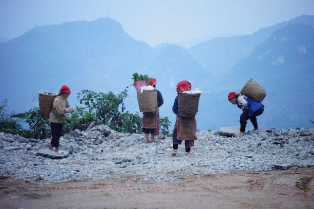 Toujours ces différents groupes que je rencontre sur le bas coté de la route. Elles attendent le touristes et produisent en attendant.