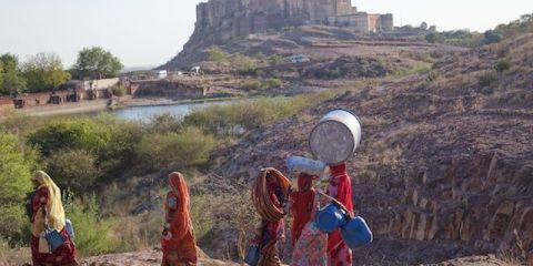 Un groupe de femme faisaint des dizaines de kilometres pour aller chercher de l'eau dans la 2eme plus grande ville du Rajastah à Jodhpur photo blog voyage tour du monde http://yoytourdumonde.fr