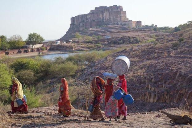 Un groupe de femme faisaint des dizaines de kilometres pour aller chercher de l'eau dans la 2eme plus grande ville du Rajastah à Jodhpur photo blog voyage tour du monde https://yoytourdumonde.fr
