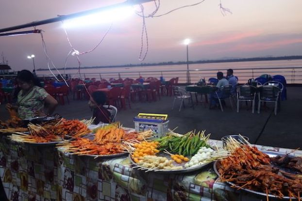 Si vous cherchez a manger à Mawlamyine le mieux est d'aller manger sur les quais avec les locaux. Superbe vision du fleuve et de la ville photo blog voyage https://yoytourdumonde.fr