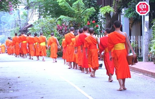 Cérémonie de l'aumone à Luang Prabang au Laos photo blog voyage tour du monde https://yoytourdumonde.fr
