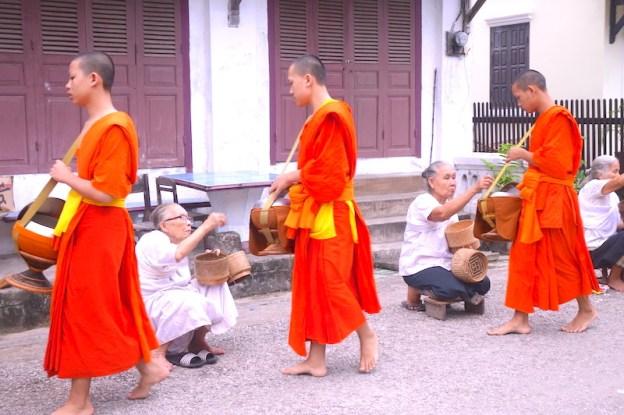 Moines bouddhistes cérémonie aumone laos luang prabang photo blog voyage tour du monde https://yoytourdumonde.fr
