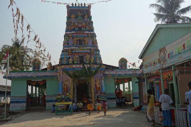 Sur l'ile de l'ogre presence d'une communauté hindouiste avec son temple voir photo blog voyage tour du monde https://yoytourdumonde.fr