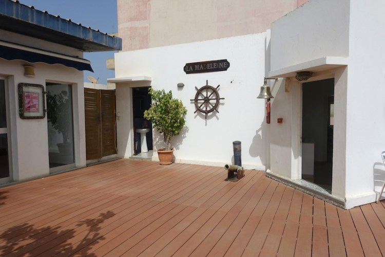 Sur le toit de la clinique de la madeleine à Dakar photo blog voyage tour du monde https://yoytourdumonde.fr