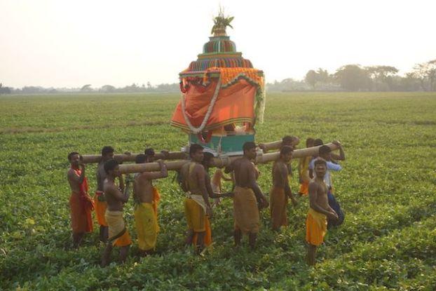 procession des partisants de shiva dans une communauté hindouiste en birmanie sur l'ile de l'ogre en Birmanie photo blog voyage tour du monde https://yoytourdumonde.fr
