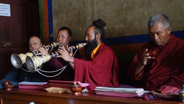 Moines Bouddhistes durant la meditation. Photo prise dans le Temple de Lamayuru toujours au Ladakh.