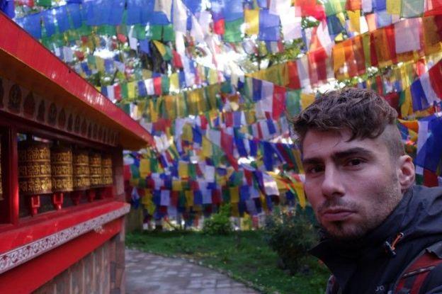 Entre moulin à priere et drapeau tibetain dans le Mahakal Temple à Darjeeling en Inde. Photo blog voyage tour du monde https://yoytourdumonde.fr