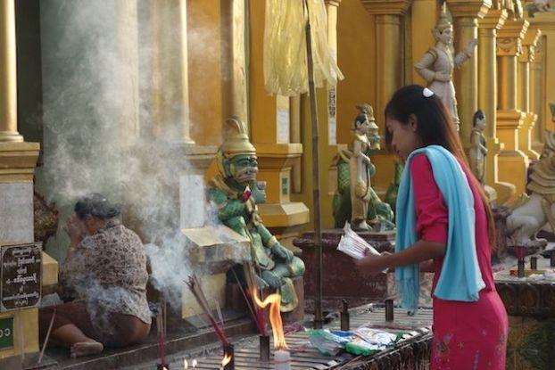 C'est dans la La Pagode Shwedagon qu'il y aurait 8 cheveux du dernier Bouddha mais aussi des anciens Bouddhas la ferveur du bouddhisme a yangon est bien reelle photo blog voyage tour du monde https://yoytourdumonde.fr