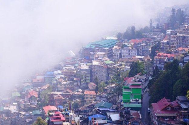 Le brouillard peut etre omnipresent du coté de Darjeeling en Inde. Photo blog tour du monde https://yoytourdumonde.fr