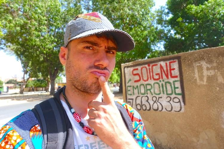 Message sur les murs de Thiès contre les hemoroides photo blog voyage tour du monde https://yoytourdumonde.fr