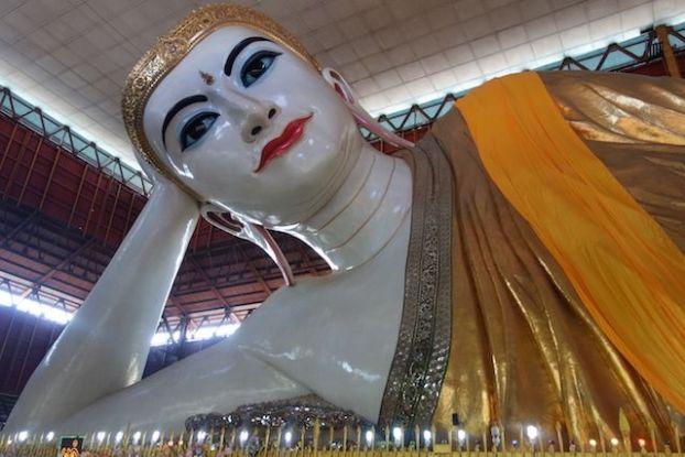 Le rouge à levre de Bouddha mais aussi son bleu aux yeux sont quand meme bien surprenant du cote de Chaukhtatgy Paya à rangoon photo blog voyage tour du monde https://yoytourdumonde.fr