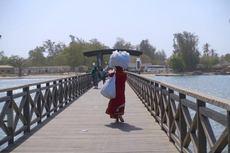 Une habitante sur l'ile aux coquillages rejoignant le continent (Sénégal) photo blog voyage tour du monde https://yoytourdumonde.fr