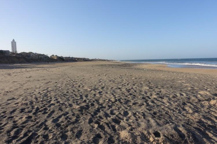 Aucun plastique, sable fin, la plage de Popenguine est vraiment très belle et c'est un lieu magnifique pour se reposer. Photo blog voyage tour du monde https://yoytourdumonde.fr