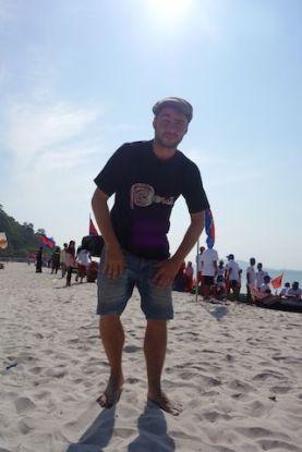 Cambodge: Trop heureux d'etre sur cette plage de Kep. Le ciel est bleu...que demande le peuple!