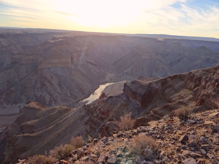 Superbe coucher de soleil sur le Fish River Canyon en Namibie photo blog voyage tour du monde travel https://yoytourdumonde.fr