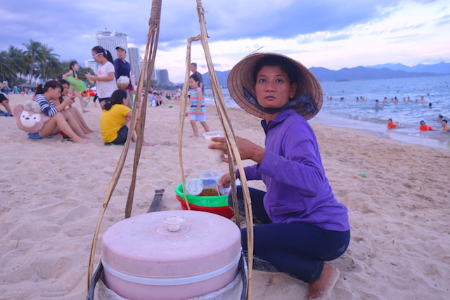 Vente de nourritures sur la plage de Nha Trang au Vietnam photo blog voyage tour du monde https://yoytourdumonde.fr