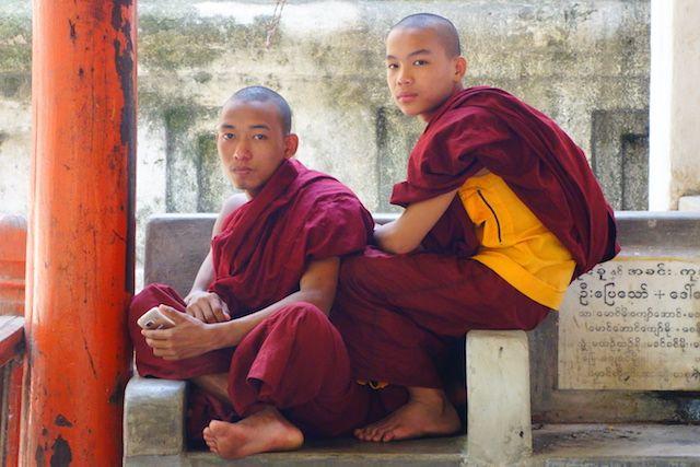 J'ai eu la chance de croiser ces moines bouddhistes dans un temple de Mandalay photo voyage tour du monde https://yoytourdumonde.fr