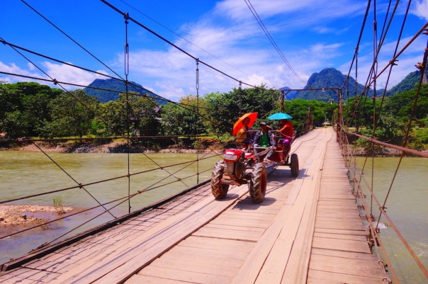 Pont à Vang Vian au Laos photo blog voyage tour du monde https://yoytourdumonde.fr