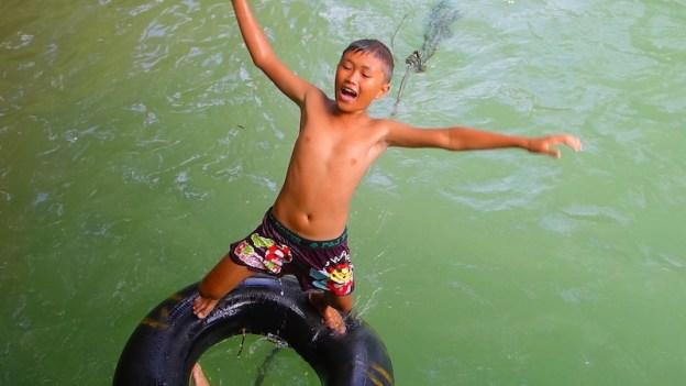 Le tubing est une activité favorite des locaux et des touristes au Laos à Vang Vien. Photo tour du monde blog https://yoytourdumonde.fr
