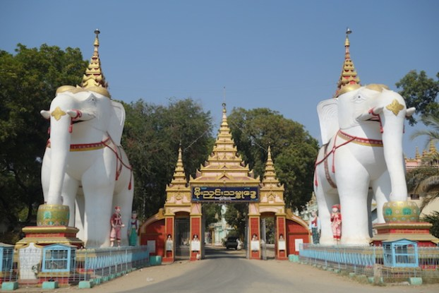 deux enormes elepants vous attendent du coté de Thanboddhay Paya en birmanie ou myanmar photo blog voyage tour du monde https://yoytourdumonde.fr