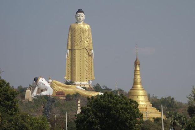 La statue de Bouddha mesure plus de 130m de haut soit le plus grand bouddha du monde debout photo blog voyage tour du monde https://yoytourdumonde.fr