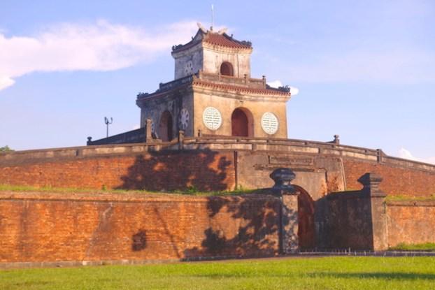 Muraille de la cité impériale de Hué au Vietnam. Photo blog tour du monde https://yoytourdumonde.fr